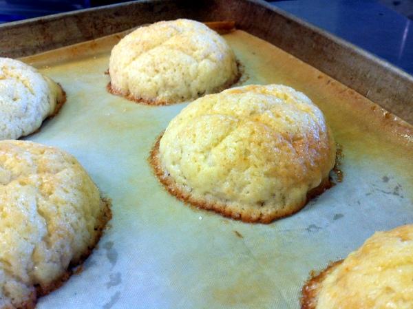 こんなふうに筋が浅いとクッキー生地に邪魔されて、パンが思うように膨らめず、丸く膨らまないことがあります。