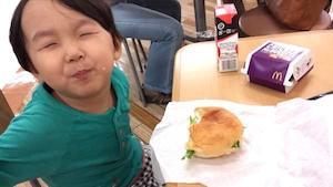 11月8日 「これ、ひーくんのハンバーガー!?食べていいの!?\(^o^)/」