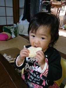 11月17日 さっそくクリームぱんを食べさせてみたら、ペロリと完食してしまいました♪