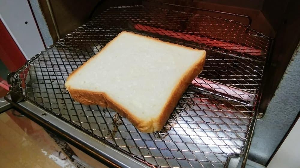 冷凍した食パンは、あらかじめ予熱したトースターにそのまま入れて焼いてください。