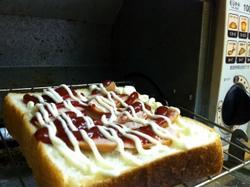 うちの食パンにウインナーを乗っけてみました~