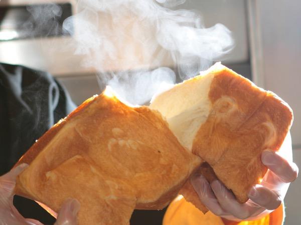 湯気の出るアレルギー対応食パン