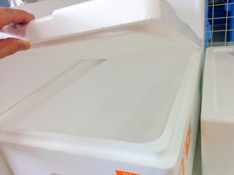 完全冷凍状態でのお届けをご希望の方は発泡スチロール箱に商品と保冷剤を入れて発送いたします。