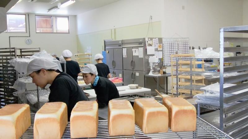 乳化剤に限らず、原材料を含めて卵や乳製品をパン工場内に一切持ち込んでいません