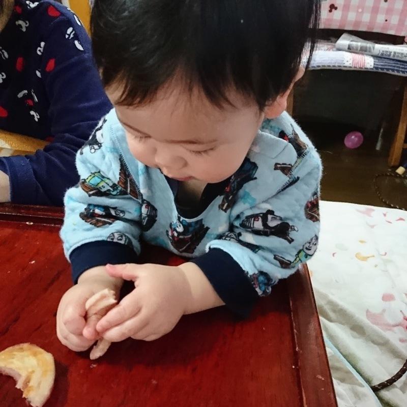 生まれて初めてのパン。食べてくれるかな?  ドキドキしながらイチゴジャムの入ったぐるぐるのパンをあげるとすごく嬉しそうに食べてくれました!
