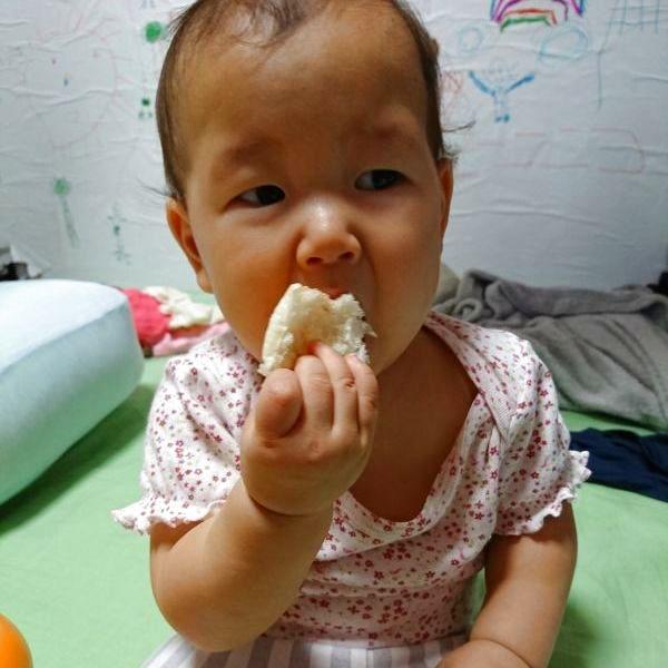 トントンさんのパンは本当にフワフワしていて、まだ前歯しか生えていない娘でも自分で食べています