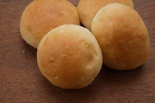 コッペパンを半分にして、丸めただけのパン。