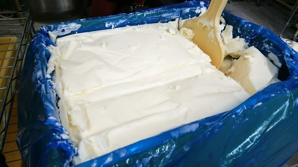 ショートニングとは動物油や植物油を原料としたクリーム状の食用油脂のこと。