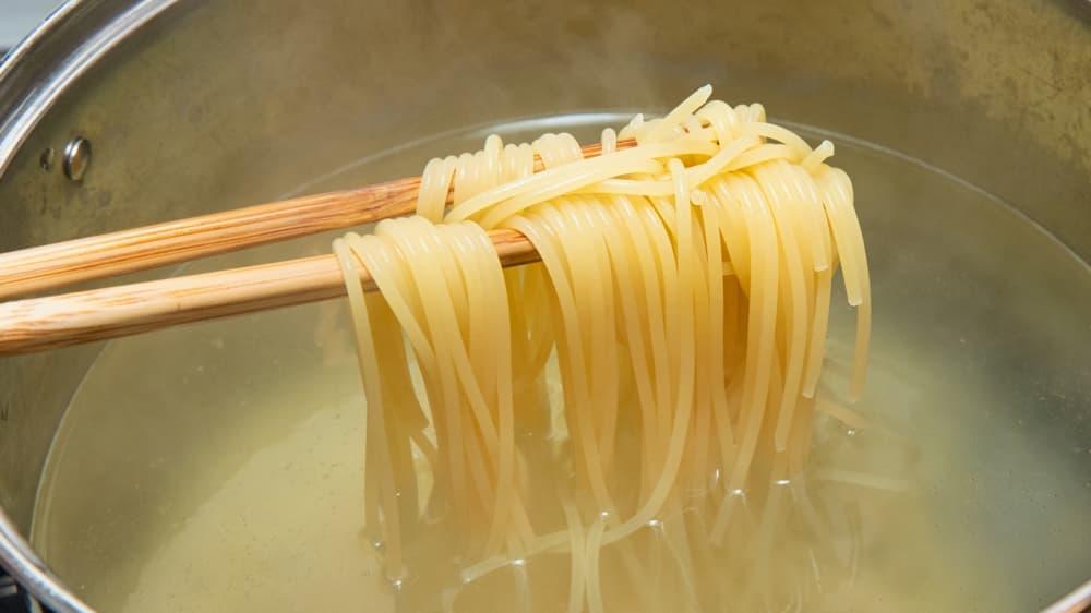 茹で汁に含まれた麺(小麦粉)のデンプンが、本来混ざりあうことのないオリーブオイルと水分を乳化させます。