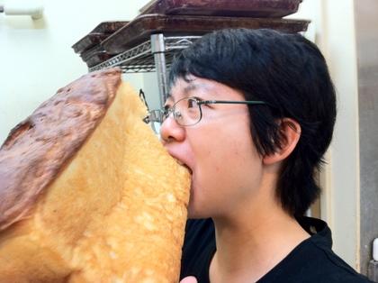 失敗した食パンを食べるみっちゃん・・・